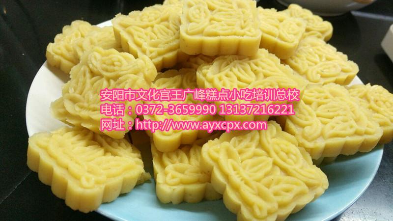 制作绿豆糕的原料有绿豆粉,豌豆粉,黄砂糖,桂花等.
