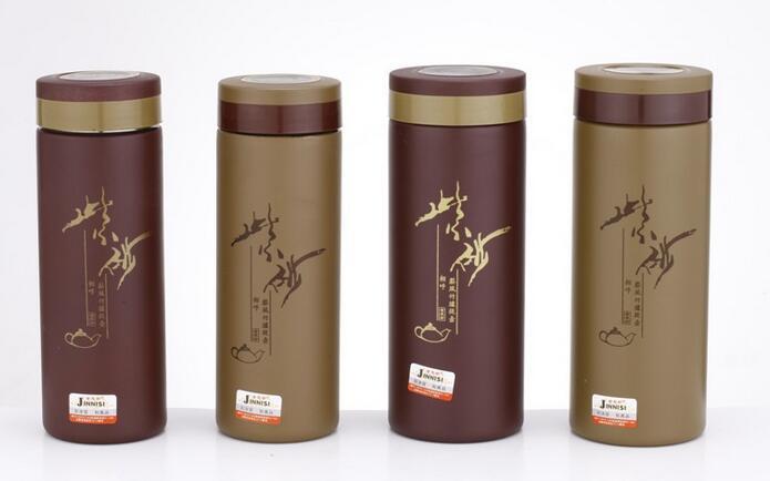 礼品杯是通过赠送而增进交流的一种方式,杯子作为日常用品,不用太考虑受礼人的喜好,又是实用物品,体现礼物的价值。随着广告的普及和商业的繁荣,越来越多的公司,借助于实用物品,通过赠送或促销的方式,进行品牌或公司的宣传,在杯子上印上公司的logo或标语,实现了长期的广告宣传和客户关系的维护。