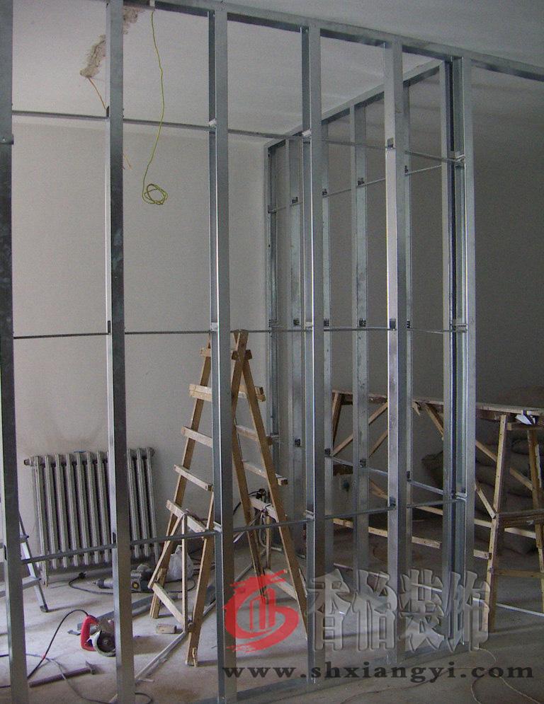 上海厂房装修中轻钢龙骨异型隔断墙的安装高清图片