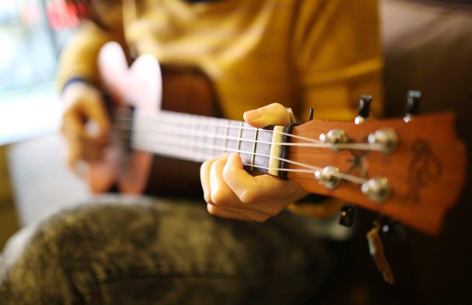 K2音乐艺术初级尤克里里培训-集音社琴行开设初级尤克里里培训课程,以高质量、低价格、多选择、重发展为理念,为喜欢音乐的朋友提供一个可以放飞梦想和实现自我价值的平台。新手尤克里里培训弹起来很简单,能在短时间里学会弹唱,再加上它轻盈小巧,又十分可爱,音色温暖活泼,且琴弦较软,好处主要体现在几个方面:一方面,学尤克里里能让孩子拥有自己的一项小特长,会他人所不会,利于增强自信心;另一方面,弹琴有利于培养人的情操及涵养,孩子在学琴的过程中会不自觉的接受中西方文化的熏陶,它会让人慢慢变得更加有气质,更加有涵养;而作
