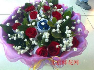 北京鲜花网:10枝红玫瑰 1枝蓝色妖姬 栀子叶 满天星 紫色纱网 蝴蝶结.