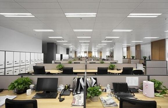 办公室顾名思义是一个群体聚集在一起工作、办公的地方,它不仅仅是企业对外良好形象的展示,更是内部员工每天工作的场所,好的舒适的办公环境可以让员工工作更高效。现在的企业在办公室装修设计时已不再是传统的正正方方、单一色彩的简单装修,而越来越多的考虑人的视觉感观体验,从功能间的设置、部门空间布局、通道、家具的款式及摆放、企业色彩灯光的融入等进行整体规划设计。