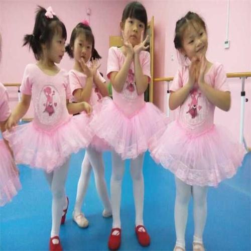 少儿舞蹈培训的特点是边歌边舞