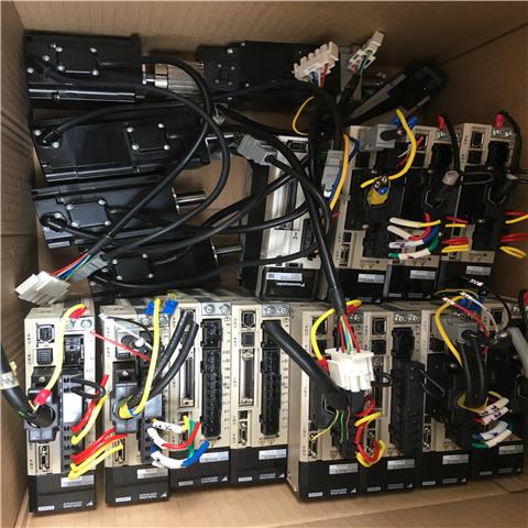 伺服电机内部的转子是永磁铁,驱动器控制的U/V/W三相电形成电磁场,转子在此磁场的作用下转动,同时电机自带的编码器反馈信号给驱动器,驱动器根据反馈值与目标值进行比较,调整转子转动的角度。伺服电机的精度决定于编码器的精度(线数)。交流伺服电机和无刷直流伺服电机在功能上的区别:交流伺服要好一些,因为是正弦波控制,转矩脉动小。直流伺服是梯形波。但直流伺服比较简单,便宜。 交流伺服电动机定子的构造基本上与电容分相式单相异步电动机相似.