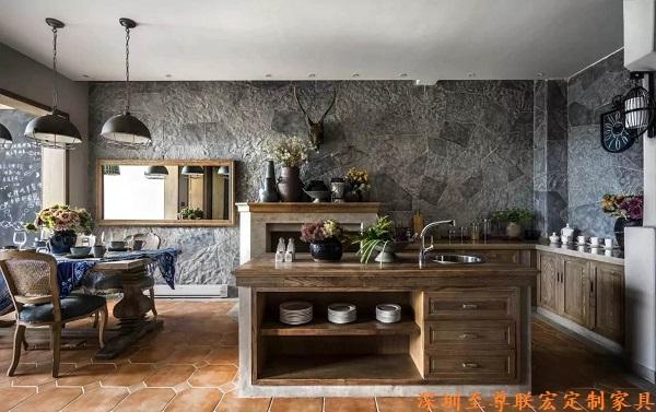 宽敞的别墅空间,精美绝伦的家具设计,完美地演绎了人们对幸福美好生活的向往。样板间客厅家具,以反映云南特有的原生态元素实木为主,深浅色调结合,搭配生机勃然的绿色盆栽,诠释的是一种高品质的人生追求和独特的生活品味。