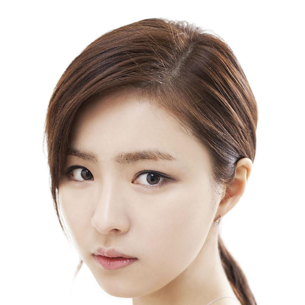 韩式半永久定妆流于自韩国,半永久化妆或韩式把永久化妆术。它是根据脸型设计正确比例后,通过微色素移植技术将精准到毫米的眉形,唇形,美瞳线等做到脸上,一般可维持2-3年。不少韩国明星在电视剧里哭的梨花带雨,但是丝毫不掉妆,靠的就是她。虽然在韩国盛行但,在中国目前只有若干大城市可以提供这种服务,市场空缺很非常大。想要学习的抓紧报名吧!