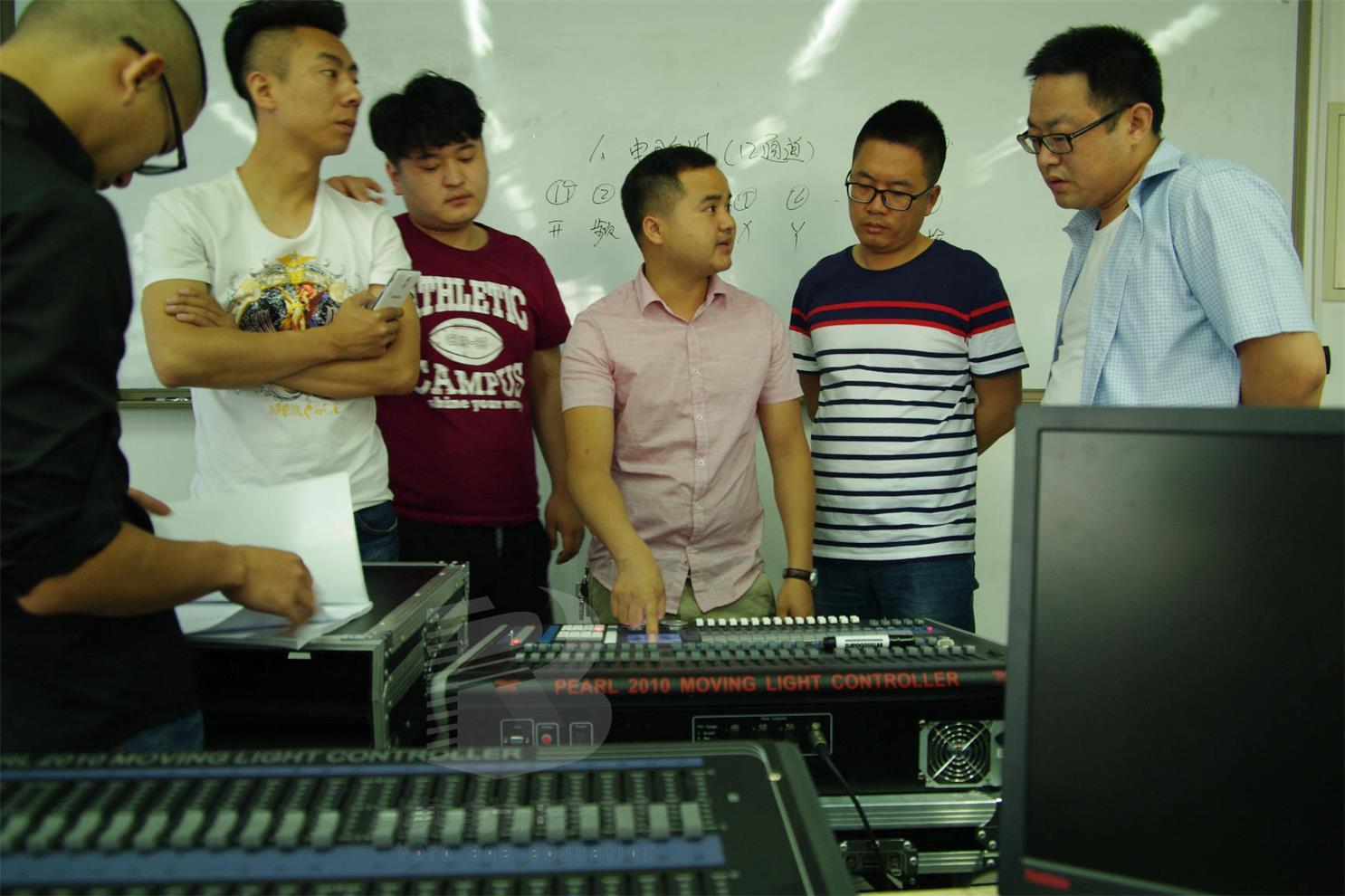 灯光师控台珍珠2010培训班,人手一台,专业老师辅导
