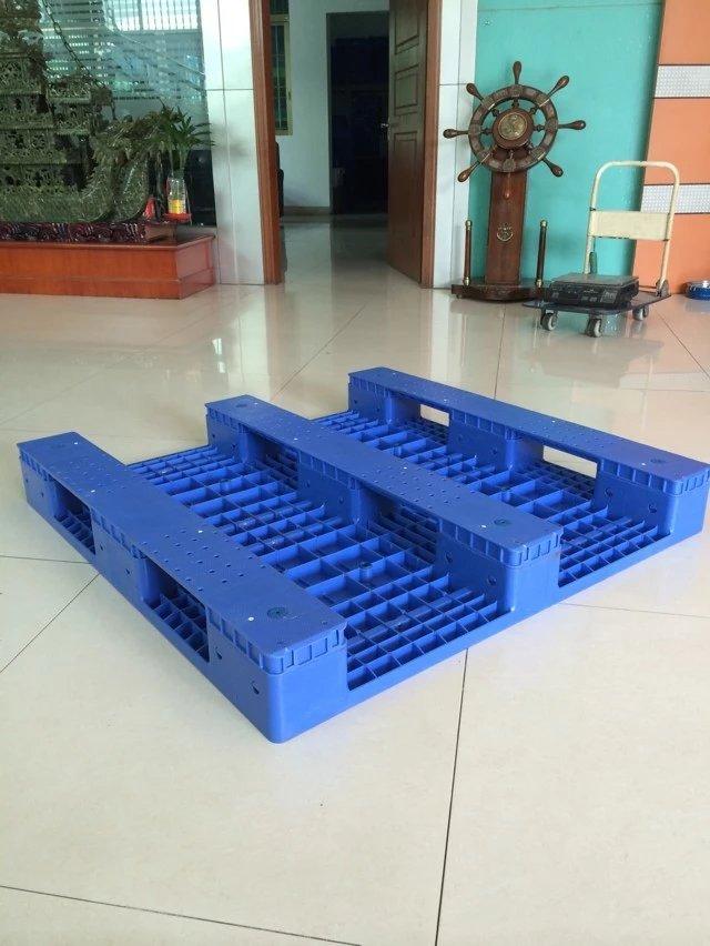国内最通用的尺寸:1200 x 1000(mm)、1100 x 1100(mm)如果没有特殊要求建议采用常规通用尺寸。 塑料托盘尺寸每个国家及生产厂家都不完全相同,塑料托盘尺寸非常的多,但大部分小的厂家尺寸相对单一,只有几种或者十几种规格尺寸。佛山市张洪鑫塑料制品有限公司作为塑料托盘龙头企业,有300多种规格尺寸的塑料托盘产品,并且以每年研发近30款新产品的速度递增,被称为塑料托盘超市,几乎包含国内所有塑料托盘厂家的规格尺寸,可以满足绝大部分客户的选择。 塑料托盘尺寸(长度x 宽度、单位:mm) 120
