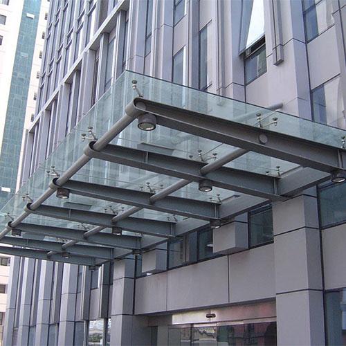 钢结铝板雨棚主龙骨架以钢结构为主,顶部采用铝板,铝板雨棚的优点:铝