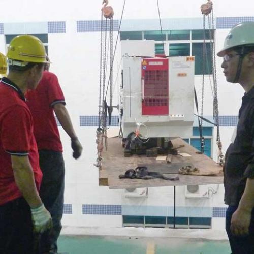 深圳大型企业冷水机如何搬迁搬运安装中-港大型设备俱全-设备硬
